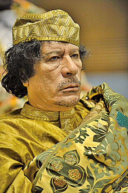 卡扎菲喜歡製造新聞,即使在國際峰會上,別人都是深色西裝,他也穿著華麗引人注目。(維基百科)