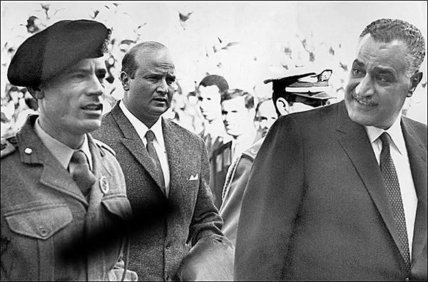 倡導阿拉伯民族主義的前埃及總統納賽爾(右)是卡扎菲的偶像。圖為1969年12月卡扎菲與納賽爾共同出席一場阿拉伯國家首腦會議。(AFP)