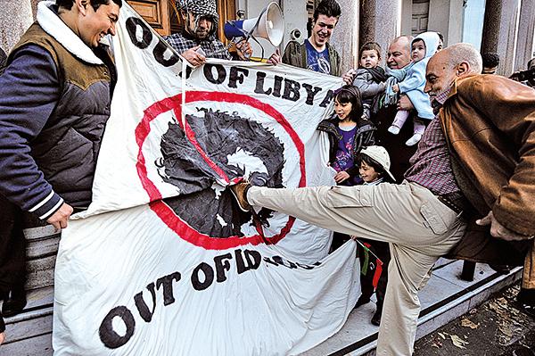 2011年10月20日,旅居英國倫敦的利比亞人慶祝獨裁者卡扎菲死亡。(AFP)