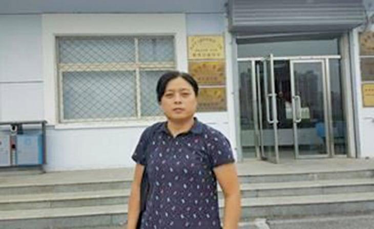 熊冬梅律師在北京市第一看守所前。(明慧網)