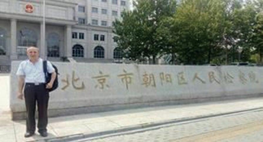 黃漢中律師在北京朝陽法院前。(明慧網)
