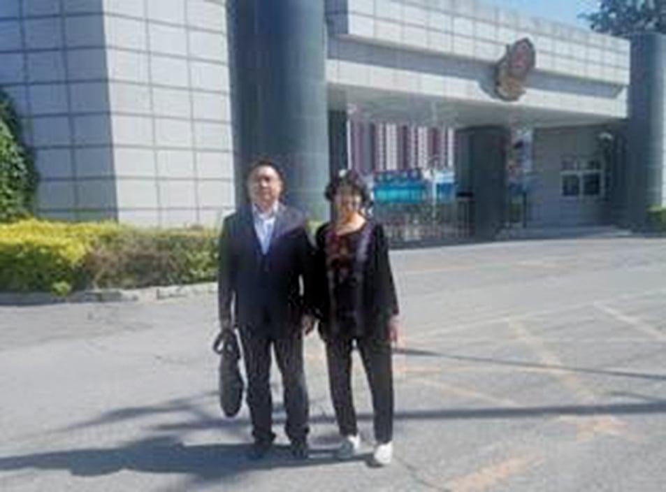 高承才律師與孫茜的母親在北京市第一看守所前。(明慧網)