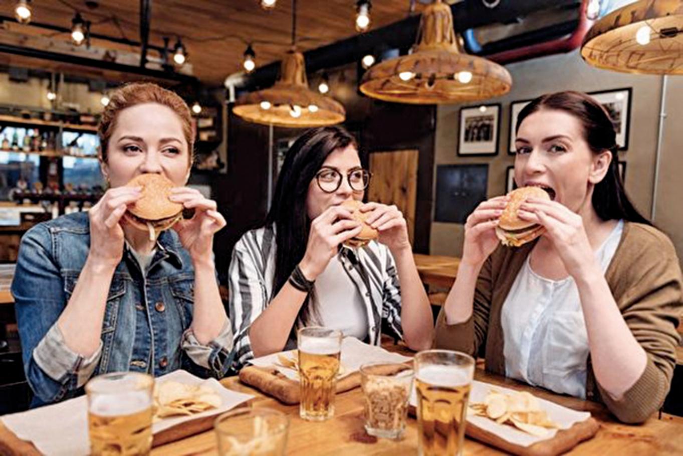 最近的一項研究顯示,外出用餐比起在家煮食更有機會增加體內的鄰苯二甲酸鹽(phthalates)水平,且對青少年的影響更為顯著。 (fotolia)