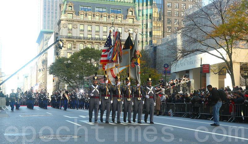 圖為參加遊行的美國陸軍儀仗隊。(杜國輝/大紀元)