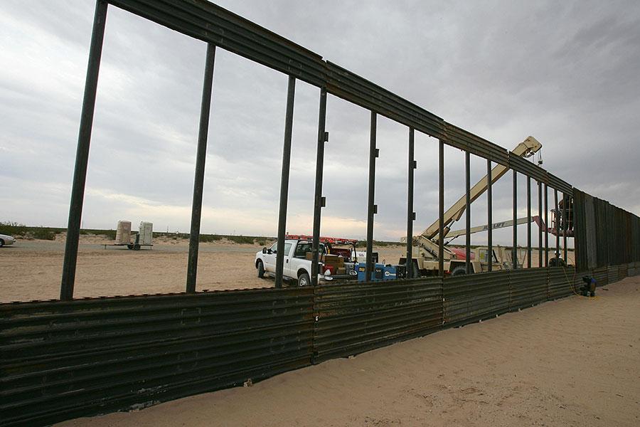 位於亞利桑那州的一段美墨邊境牆在建造時的情形。(ROBYN BECK/AFP/Getty Images)