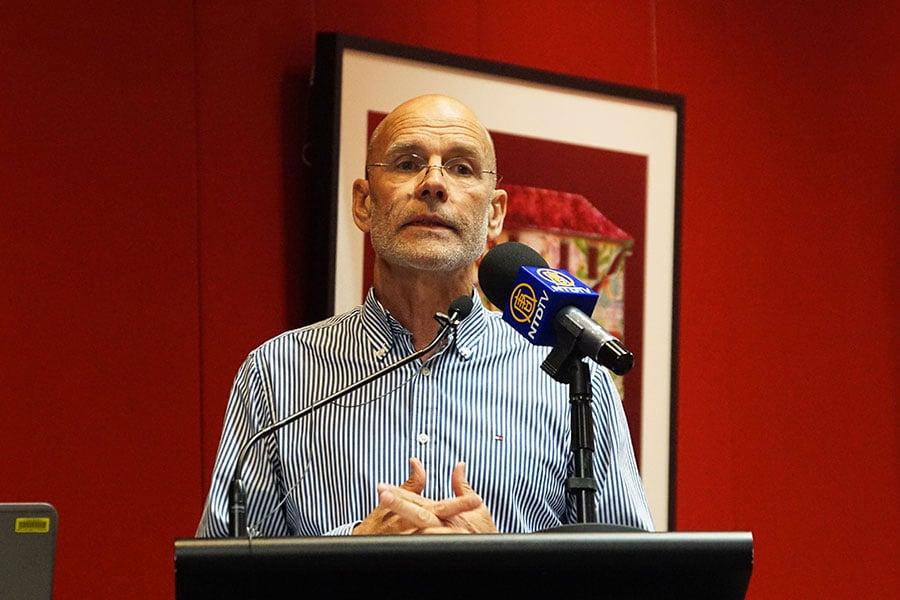 漢密爾頓所著新書《無聲的入侵》在澳洲社會引起巨大反響。(燕楠/大紀元)