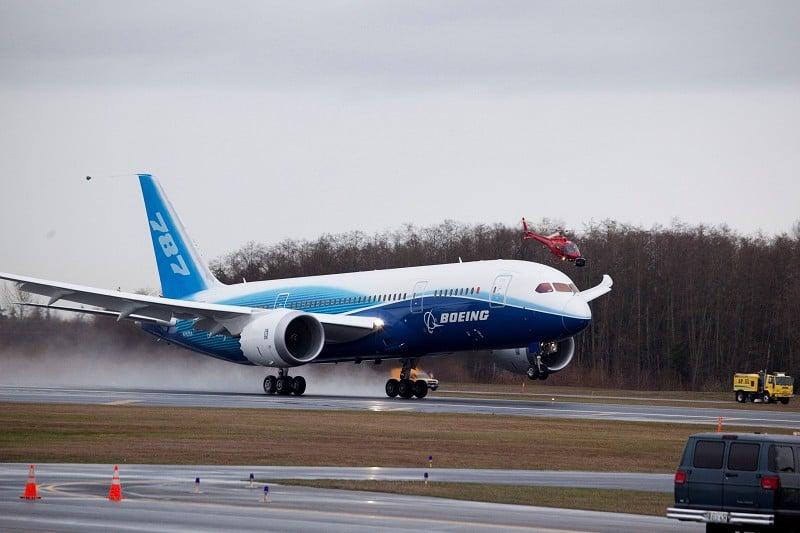 美國航空(American Airlines)周五(6日)宣佈計劃向波音公司購買47架新型波音寬體飛機787「夢幻客機」(Dreamliner),總價值為123億美元。圖為一架波音787夢想客機降落。(Stephen Brashear/Getty Images)