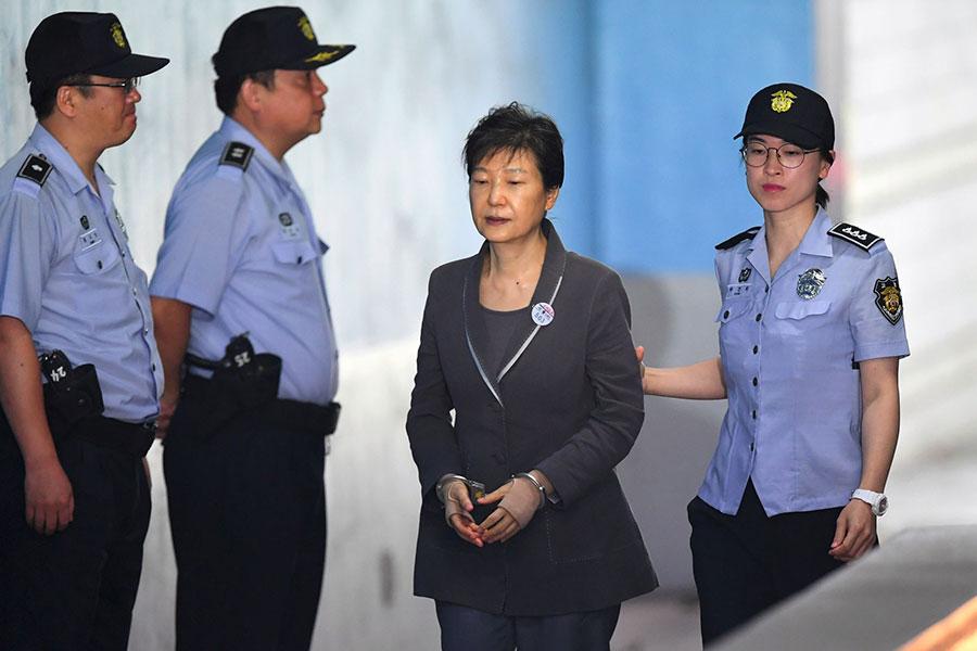 南韓前總統朴槿惠因貪污醜聞4月6日遭法院一審判處24年徒刑和180億韓元罰金。(AFP PHOTO/JUNG Yeon-Je)