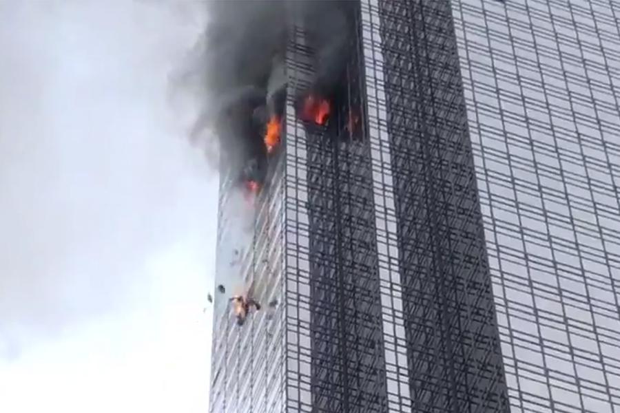 美國紐約特朗普大廈周六(7日)傍晚發生大火,火勢自50樓延燒數層樓,1人遇難。(視像擷圖)