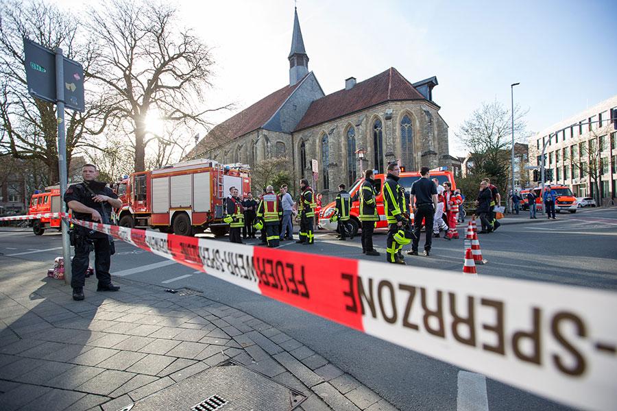 4月7日,當地警方表示,一輛客貨車在德國明斯特市(Muenster)一家受歡迎酒吧門前衝撞一群行人,造成至少4人死亡、數十人受傷。(FRISO GENTSCH/AFP/Getty Images)
