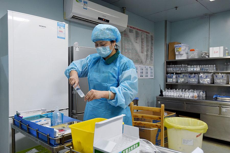 5月1日起,中國對進口抗癌藥實行零關稅。圖為湖北武漢某醫院一護士在為患者準備藥物。(AFP/Getty Images)