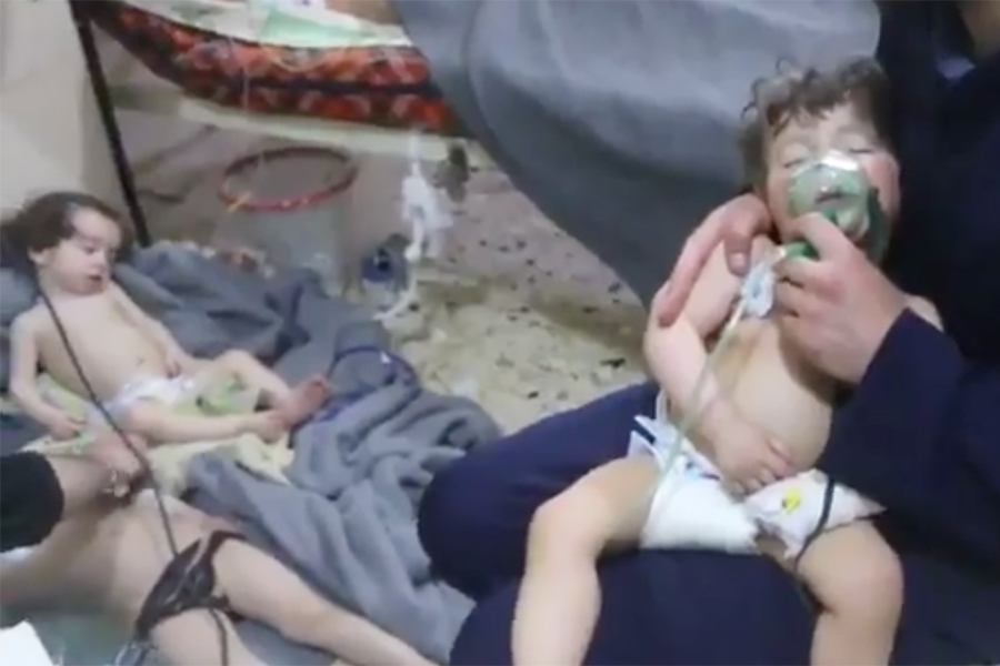 多個組織周六(4月7日)指稱,敘利亞東古塔地區的杜馬(Douma)發生化學武器攻擊,造成70多人死亡,大量人受傷。美國國務院發表聲明稱,若化學攻擊得到證實,要求國際社會立即回應。英國政府也表達類似看法。(視像擷圖)