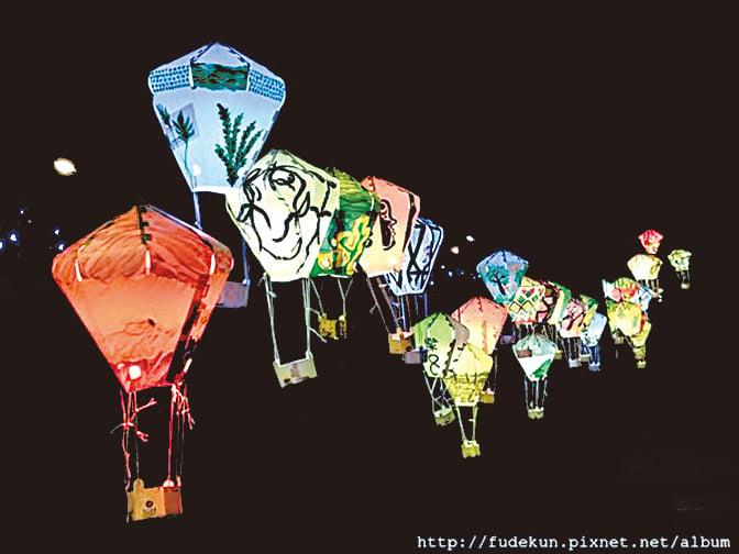 鐵花村的彩色燈籠為夜色中的文創市場增添了一份靜謐的美感。