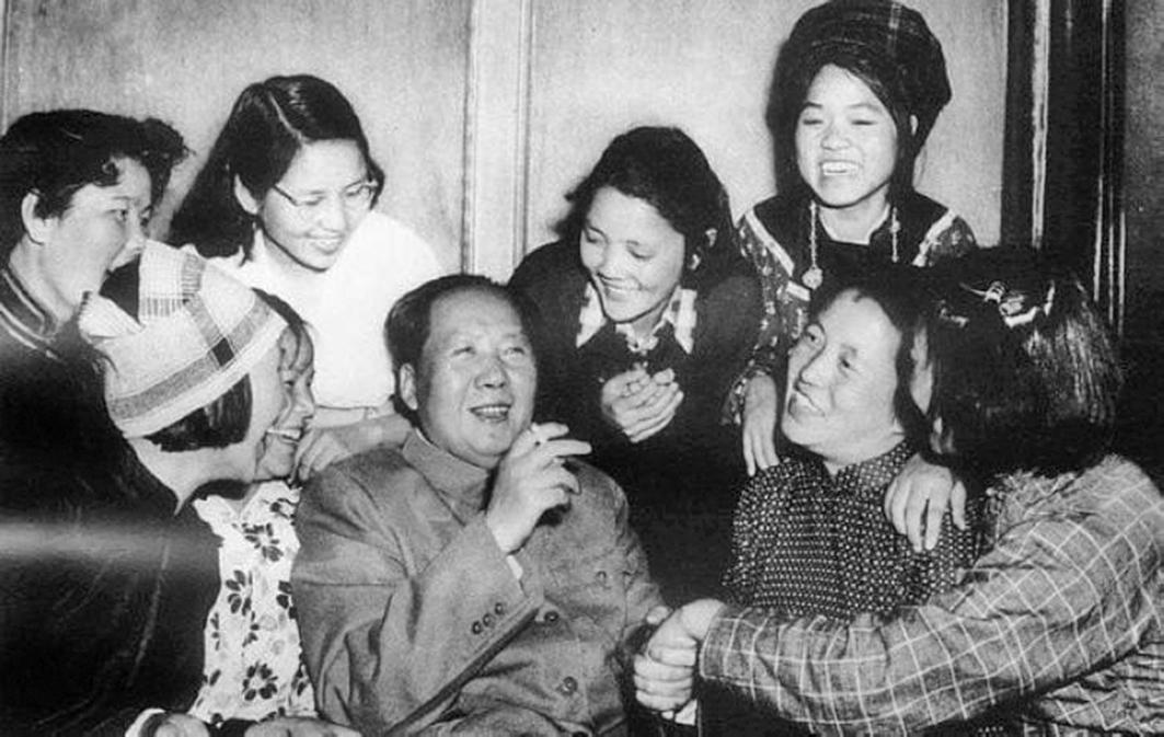 毛澤東和眾多女性在一起。(網絡照片)