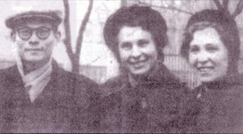江澤民在蘇聯與色諜克拉娃(右)合影。(網絡圖片)
