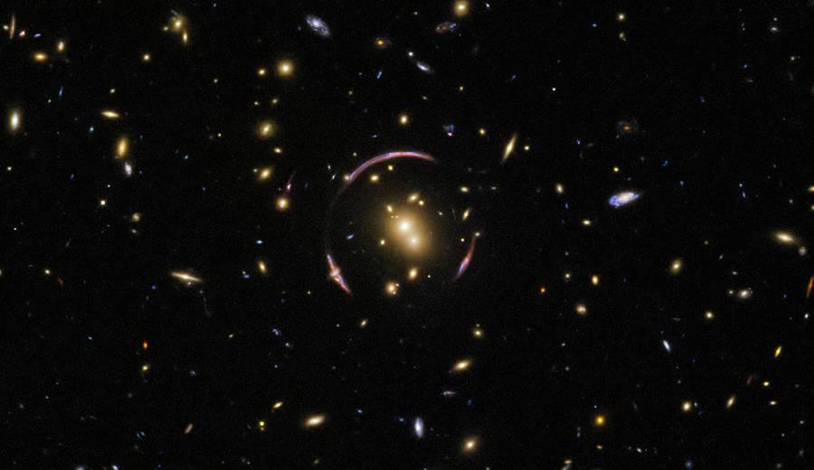 時空扭曲的傑作 哈勃拍攝到愛因斯坦環