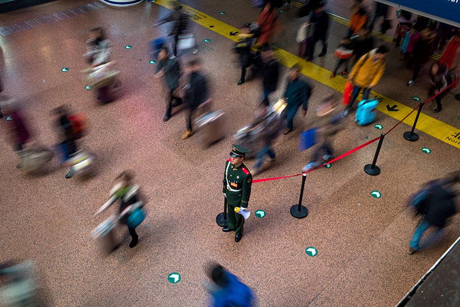 中共濫用社會信用系統,外國人或也難逃監控魔掌。圖為北京西站。(FRED DUFOUR/AFP/Getty Images)