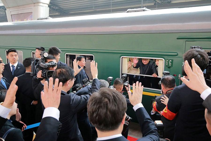 《日本經濟新聞》援引消息稱,金正恩在訪華結束後返國,其專列載滿了禮物。圖為金正恩於3月27日搭乘專列離開北京。(AFP PHOTO/KCNA VIA KNS)