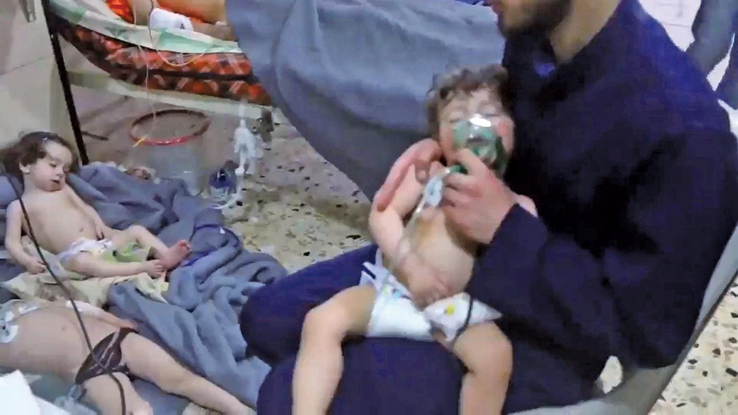 敘利亞東古塔地區(Eastern Ghouta)7日疑遭化學武器攻擊,造成大量平民傷亡,美法兩國強硬回應此事後,聯合國也應9國要求召開緊急會議商討對策。(AFP)