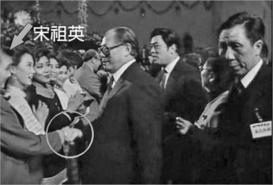 1990年春晚,江澤民「緊盯」宋祖英。(視頻截圖)