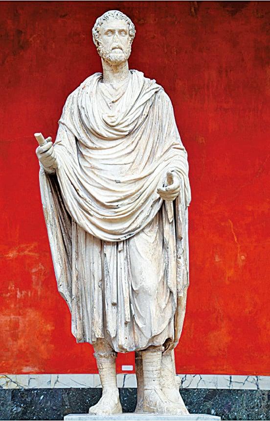 羅馬帝國「五賢帝」中的Antoninus Pius穿著Toga長袍雕像。 (Carole Raddato,Wikimedia Commons)