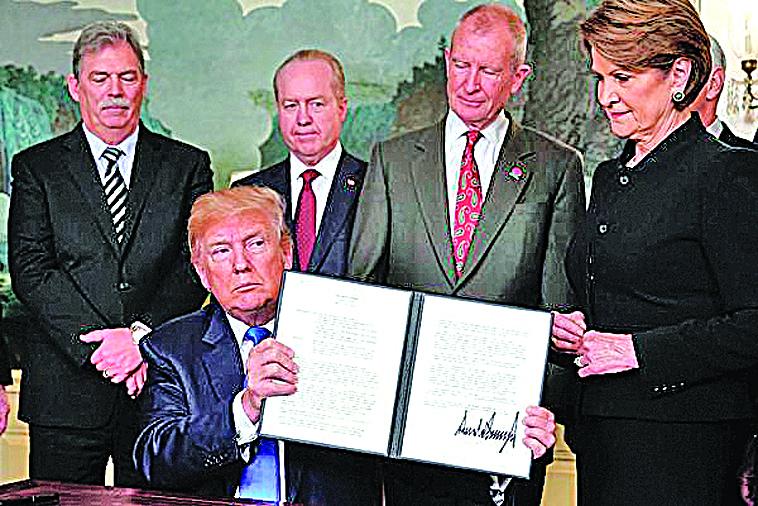 3月23日美國總統特朗普簽署總統備忘錄,決定將對從中國進口的商品大規模徵收關稅。(MANDEL NGAN/AFP/Getty Images)