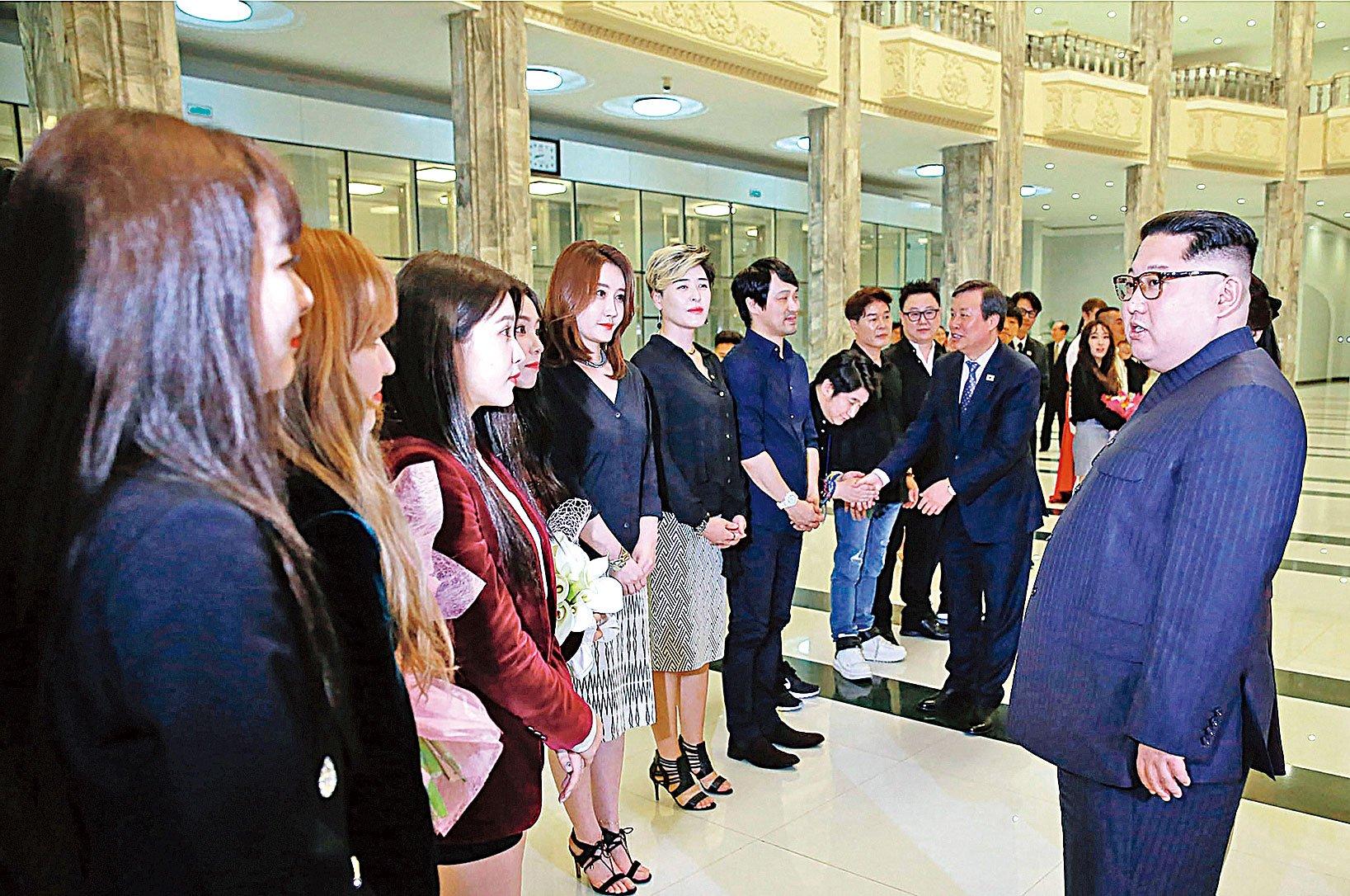 4月1日,金正恩與來訪的南韓演員在一起。(Getty Images)