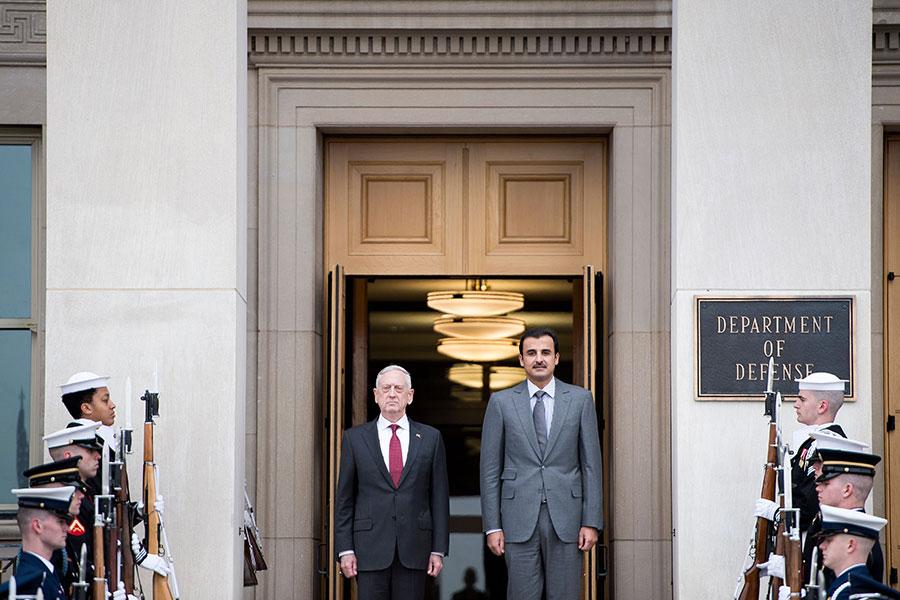 4月9日,馬蒂斯(左)在五角大樓會晤卡塔爾元首阿米爾謝赫塔米姆・本・哈馬德(Emir Sheikh Tamim bin Hamad al-Thani,右)時說,美國沒有排除對敘利亞阿薩德政權發動空襲的可能性。(BRENDAN SMIALOWSKI/AFP/Getty Images)