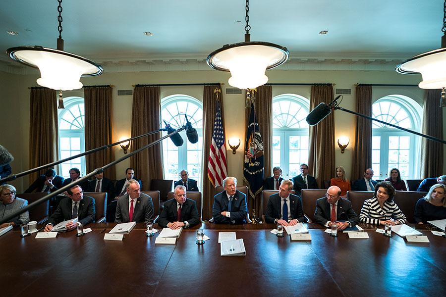 特朗普在周一的內閣會議上,特朗普表示:「我想首先譴責對無辜的敘利亞人民使用被禁止的化學武器。這是一次殘酷的攻擊。」(Jim Lo Scalzo-Pool/Getty Images)