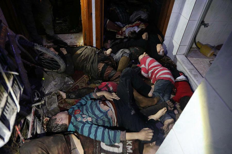 敘利亞東古塔地區(Eastern Ghouta)4月7日疑遭到化學武器攻擊,造成大量平民傷亡。(AFP PHOTO/HO/SYRIAN CIVIL DEFENCE)