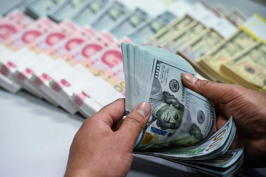 在中共研究人民幣貶值的消息傳出後,周一北京時間15:05左右,離岸人民幣兌美元快速走低,跌超200點。(大紀元資料庫)