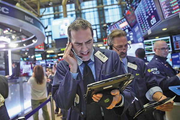 周日,美國總統特朗普發推勾勒美中貿易願景,緩和了市場對美中可能爆發貿易衝突的擔心,美國三大股指開盤不久均上漲逾1%。(Getty Images)