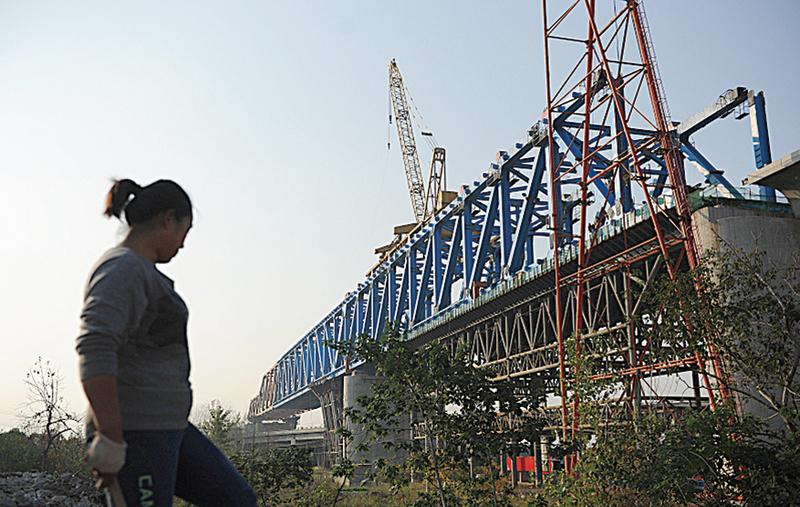 中共官方交通運輸部網站5月11日消息稱,2016-2018年,擬重點推進鐵路、公路、水路、機場、城市軌道交通項目303項,涉及項目總投資約4.7萬億元人民幣。(AFP)
