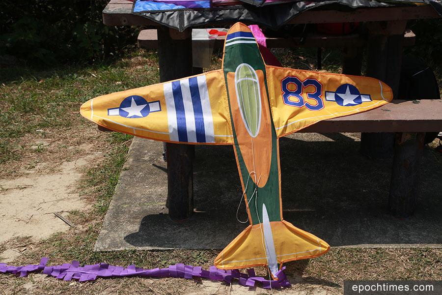 其中一款最受客戶歡迎的飛機型風箏。(陳仲明/大紀元)