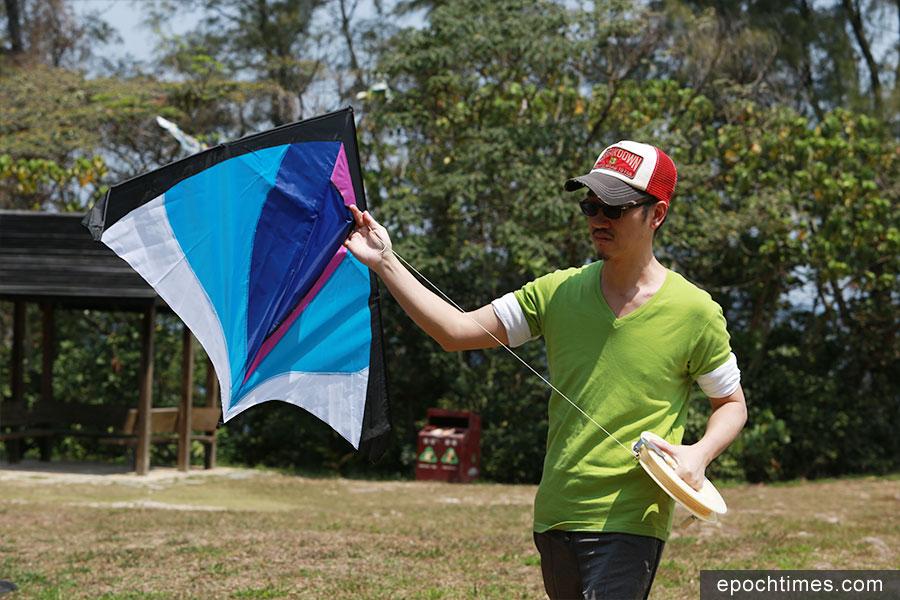 Haiven對風箏產生了濃厚的興趣,也一展了他的創作靈感,設計屬於自己風格的風箏。(陳仲明/大紀元)