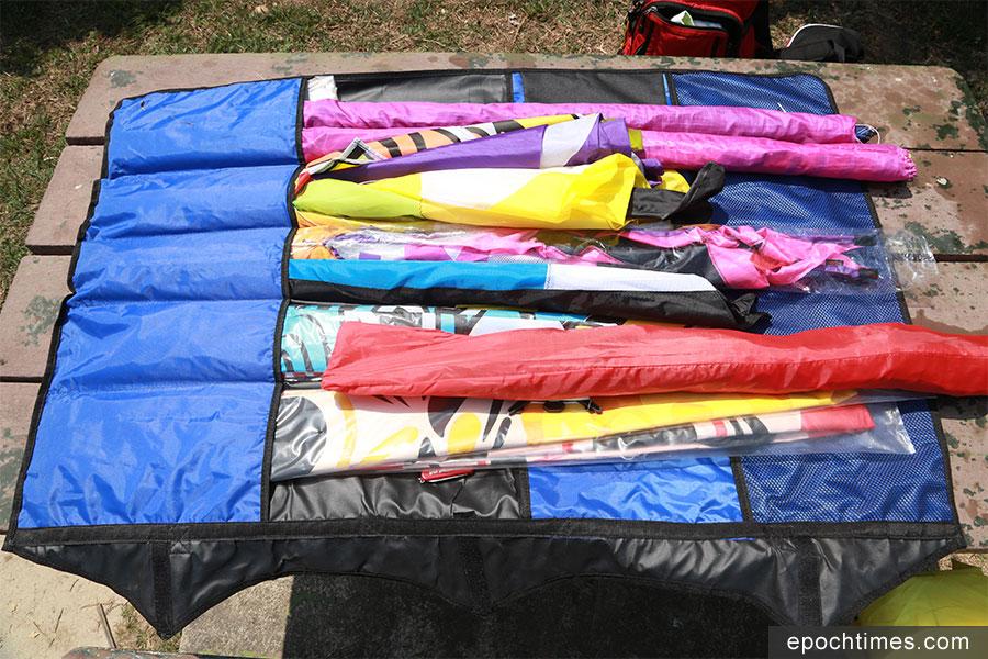 只需要一個多功能袋,便可輕鬆將多個風箏分類收藏。(陳仲明/大紀元)