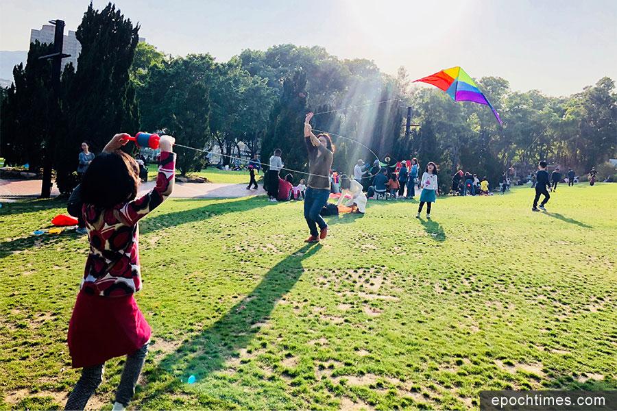 大埔海濱公園是本港其中一個熱門的放風箏地點。(曾蓮/大紀元)