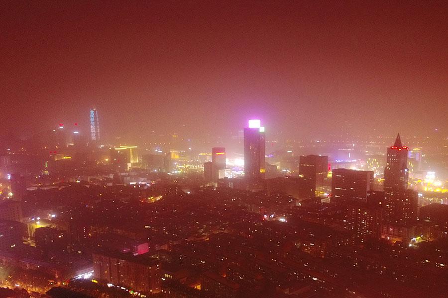 圖為4月10日,山東濟南遭遇嚴重沙塵,整個城市昏黃一片。(大紀元資料室)