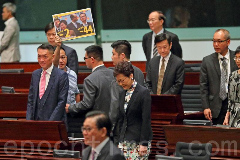 多名民主派議員在林鄭進場時,高喊「撐戴耀廷」、「撐言論自由」、「撐學術自由」。(李逸/大紀元)