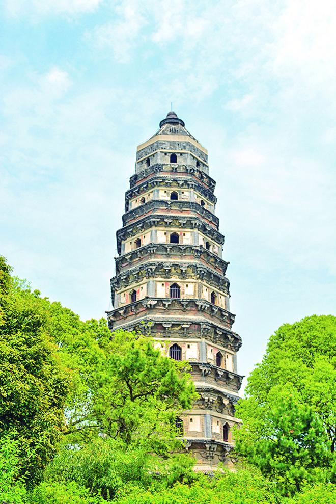 五代時(西元九五九年)在虎丘上興建了雲岩寺塔。