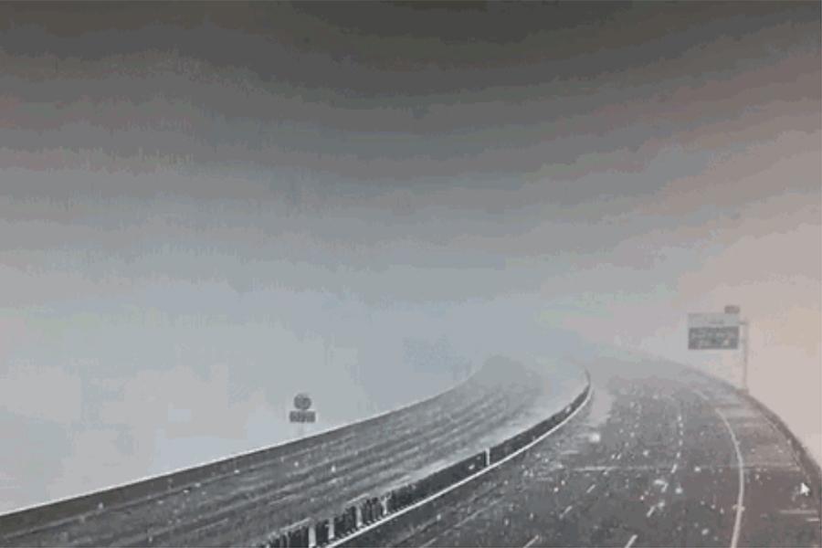 4月11日,新疆北部的烏魯木齊、新疆生產建設兵團等地突降大雪,氣溫驟降,民眾感受瞬間入冬。圖為下雪中的烏魯木齊。(視像擷圖)