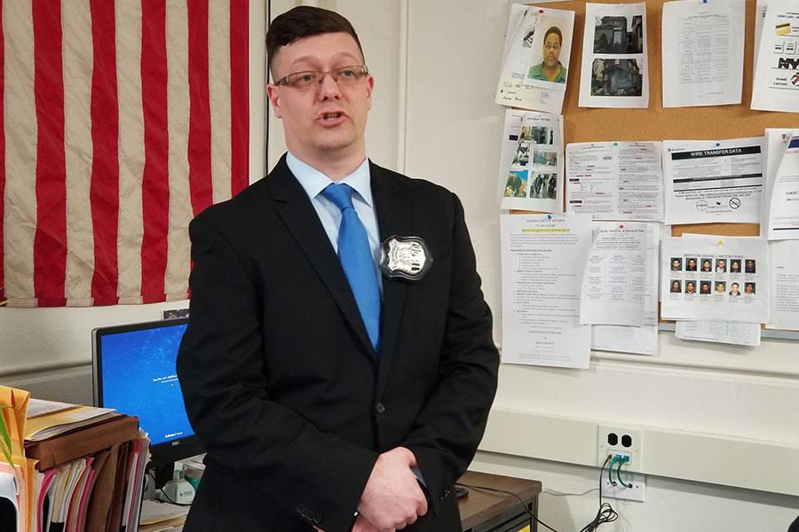 紐約市警局皇后區北部竊罪小組警員麥卡弗里(Donald Mccaffrey)10日在新聞發佈會上呼籲民眾尤其華人,須提高警覺以防遭冒充領館電信詐騙。(玉凌格/大紀元)