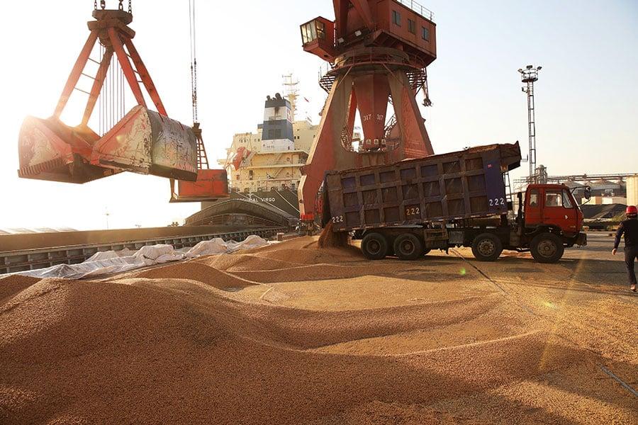 中美貿易衝突近期成為鎂光燈焦點,專家說,這場爭端突顯了中共對世貿的漠視及其在貿易方面的致命傷。圖為2018年4月9日運送到中國江蘇省南通市港口的美國大豆。(AFP/Getty Images)