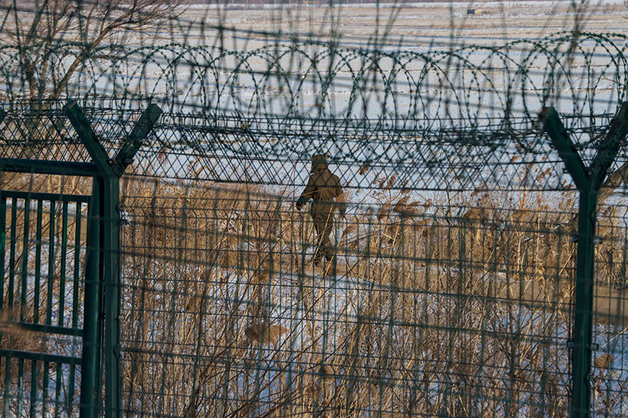 在金正恩訪華之後,中朝邊境卻仍然氣氛緊張。中共在邊境加強戒備,軍隊增至30萬。(CHANDAN KHANNA/AFP/Getty Images)