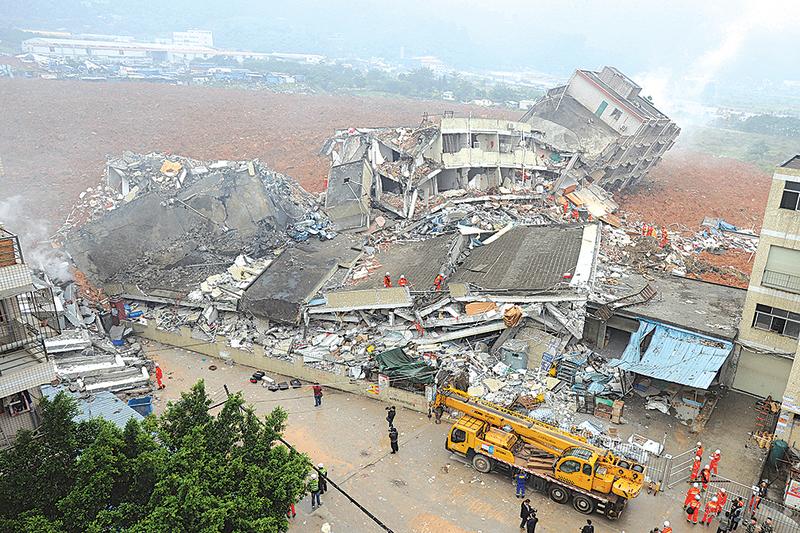 12月20日上午,廣東深圳市光明新區紅坳村柳溪工業園在兩聲爆炸後發生山體滑坡,將整個10萬多平方米的工業園吞掉。(AFP)