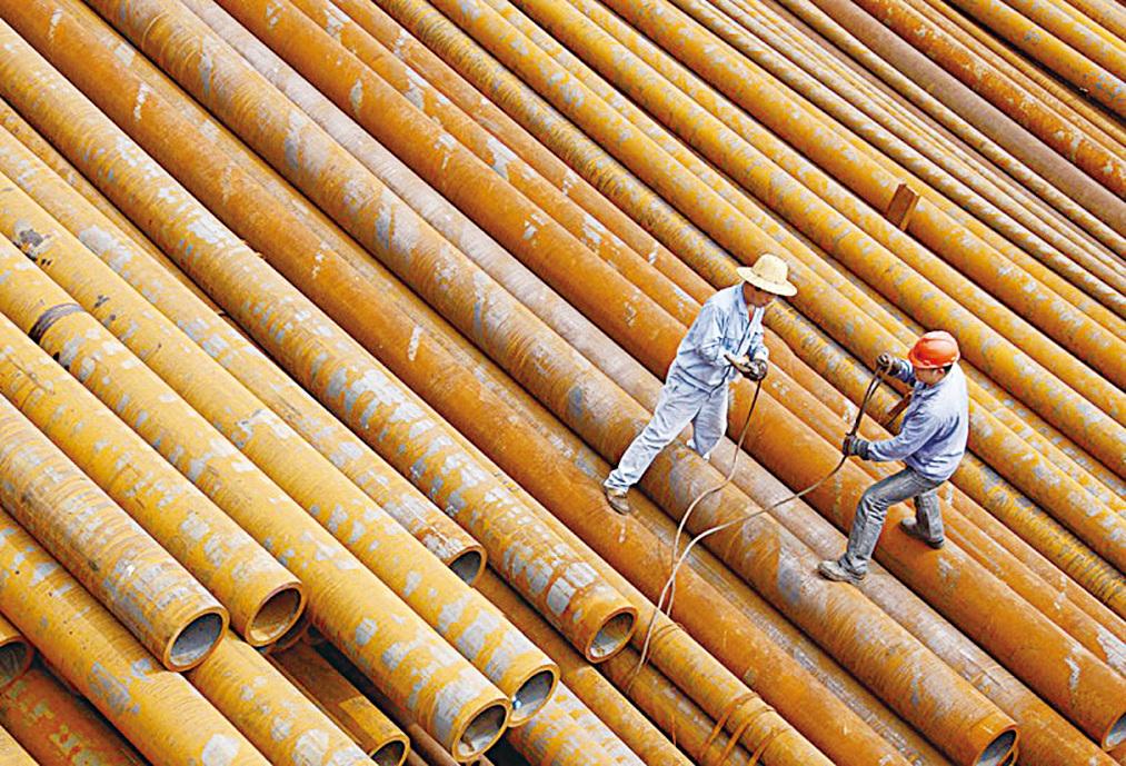3月1日宣佈,美國鋼鐵進口徵收25%關稅,鋁進口徵收10%關稅。圖為在中國東部的安徽省淮北鋼鐵廠工人搬運鋼管。(AFP)
