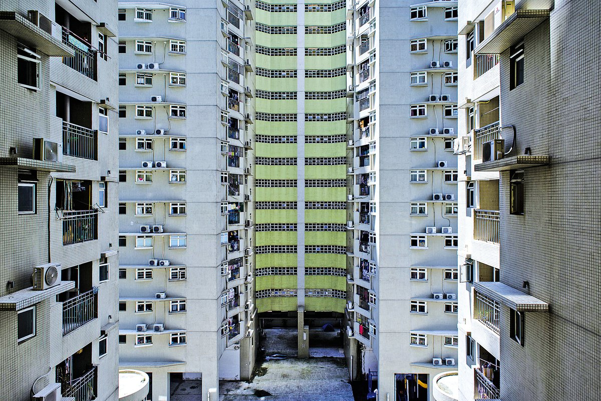 今年年初,澳門開徵6%物業租金估值的空置稅,並仿效香港收取額外印花稅,但稅率按業主持有物業之數量遞增。圖為澳門一公共屋邨一角。(ANTHONY WALLACE/AFP/Getty Images)