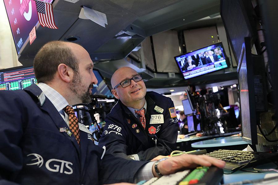 中共承諾解除對外國銀行的限制,然而,美國銀行也必須忍受模糊的監管結構和棘手的政治制度。他們還需要避免一個債務成癮的經濟帶來的麻煩。(Spencer Platt/Getty Images)