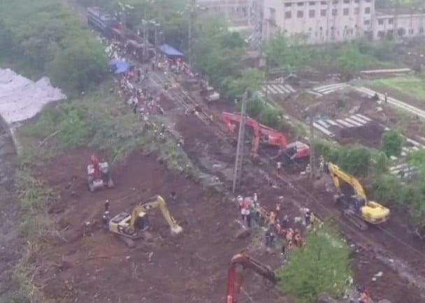 4月12日凌晨,京廣普速鐵路武昌至武昌南間下行線路路基塌陷130餘米。(網絡圖片)
