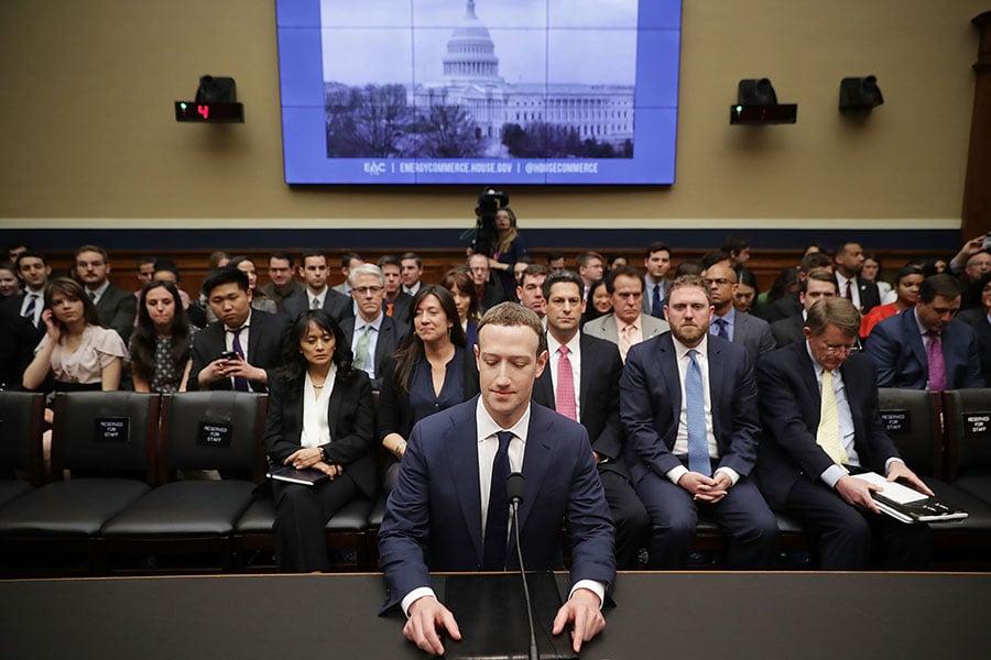 這兩天,Facebook行政總裁朱克伯格因為隱私洩露問題接受國會參眾兩院的輪番拷問,備受煎熬。但跟中國的同行比起來,朱克伯格是不是會感到幸運呢?(Chip Somodevilla/Getty Images)